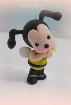 Great tutorial that teaches you how to make the cutest little gum paste bumble bee cake topper.