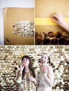 DIY Partywand. Bringt Glamour auf die Party: Glitzer-Wand als Foto-Hintergrund >> Sequin your wall. | 39 Easy DIY Ways To Create Art For Your Walls
