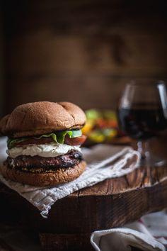 Hamburguesa con queso de cabra, champiñones y tomate. Copa de Vino