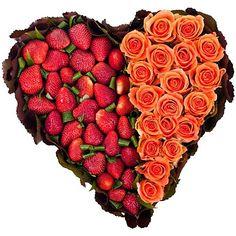 Strawberry and roses heart-shaped arrangement Сердце из роз и клубники  #roses #strawberry #heart #flowers #gift