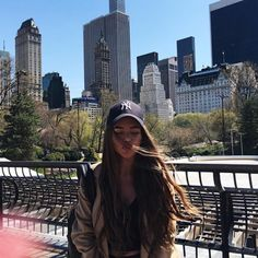 Baseball cap and bomber fashion is perfect for New York City. We love this casual but sexy boyish style New York Pictures, New York Photos, Nyc Pics, New York Outfits, Tumbrl Girls, Foto Casual, Instagram Pose, New York Travel, Photo Poses