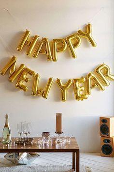 90 идей украшения дома к Новому году 2016: ярко, ново, креативно! http://happymodern.ru/90-idejj-ukrasheniya-doma-k-novomu-godu-2016/ Воздушные шары всегда уместны в оформлении новогоднего интерьера
