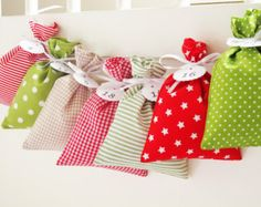 Countdown till Christmas: advent calendar bags for red green and white Christmas home decorations. Fabric advent calendars for kids which are perfect for the coming advent 2019 season! Advent For Kids, Advent Calendars For Kids, Kids Calendar, Calendar Ideas, Countdown Till Christmas, Christmas Calendar, Diy Christmas Decorations, Wrapping Ideas, Gift Wrapping