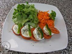 Ideia do Dia 1: SALADA CAPRESE COM QUEIJO FRESCO Salada Caprese, Caprese Salad, Avocado Toast, 1, Breakfast, Food, Easy Salads, Recipes, Morning Coffee