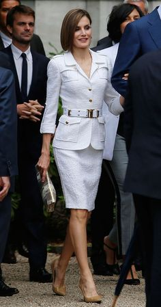 On the second and final day of the visit to the Canary Islands, Queen Letizia started the tour of Tenerife, the largest island of the Canaries, in a familiar look. Work Fashion, Spring Fashion, Fashion Outfits, Womens Fashion, Fashion Design, Fashion Trends, Queen Fashion, Royal Fashion, Couture Fashion