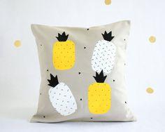 Pineapple cushion cover / Decorative pillow / Taie par HirundoShop