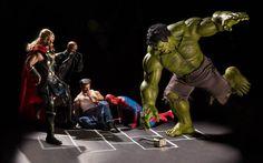 Ce photographe s'amuse a créer des scènes délirantes avec des figurines de super-héros.