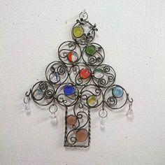 おはじきとワイヤーでクリスマスツリー擬き#おはじき #ワイヤークラフト初心者 #わいやーくらふと #ワイヤークラフト #ステンドグラス #stainedglass #クリスマスツリー #クリスマスツリー