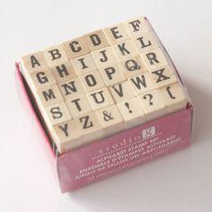 Mooi setje van stempels met alle letters van het alfabet. Grootte: ±7 mm per letter. Stempeldoosje Afkomstig uit Amerika Studio G.