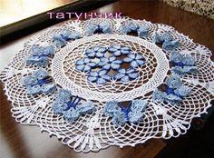 Magnifique napperon décoré de papillons et de fleurs bleus , réalisé et partagé par