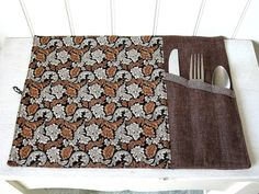 Napperon Lunch avec Section Ustensiles pour par Dansmamaisonilya Rag Quilt, Quilts, Silverware Holder, Couture Sewing, Mug Rugs, Sustainable Living, Diy Christmas Gifts, Cool Kitchens, Home Deco