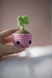 Four leaf clover with pot - free crochet pattern in English, Spanish and Dutch by El Gallo Bermejo.
