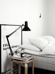 """Tabouret ikea et lampe de bureau """"à accrocher"""" : peut servir de lampadaire d'appoint à coté d'un divan ou de table de nuit"""