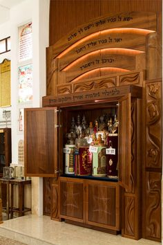 Commemorative Torah Ark in mahogany. Hand sculpted with classic synagogue themes. Shown with top doors open. Made Design, Wood Design, Jewish History, Jewish Art, Synagogue Architecture, Wood Sculpture, Sculptures, Judaism, Wood Art
