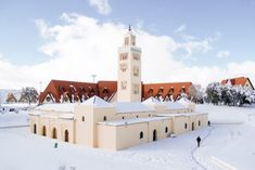 A snowy mosque in Ifran, Morocco 🇲🇦 Paises Da Africa, North Africa, Best Places To Travel, Places To Visit, Cheap Airlines, Excursion, Grand Mosque, Winter Is Here, The Beautiful Country