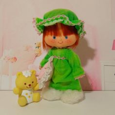 Beautiful edition of Strawberry Shortcake, she is ready to have the sweetest dreams, she wears a beautiful and fun green vingate pajama and the slippers of the Berry Sleepy Pajama Set from the Berry Wear series by Kenner. Includes the Jelly Bear and a pink pillow. Jelly Bears, Outfit Vintage, Pink Pillows, Strawberry Shortcake, Bedtime, Sweet Dreams, Pajama Set, Slippers, Dolls
