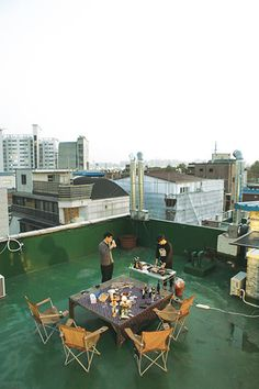 재수학원에서 만나 10년째 친구로 지내고 있는 두 남자가 서울에 별장을 얻었다. '옥탑바'로 불리는 그들의 별장은 통유리 너머 한강이 보이거나 홈바에 와인셀러를 갖춘 화려한 독신 남성의 집