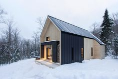 This perfectly minimalist Canadian retreat is available for rent! Located in Charlevoix, Canada, the charming snowy villa is only 10 minutes away from Le Massif de Charlevoix ski resort. Developed by Cargo Architecture, the contemporary cottage is in Scandinavian Architecture, Scandinavian Modern, Scandinavian Cottage, Architecture Classique, Architecture Design, Architecture Interiors, Contemporary Cabin, Casa Loft, Villa