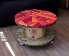Mesa feita com bubina de fio, mosaico em madeiras de pallets e compartimento central com porta.  *OBS: A mesa contém um vidro 8mm redondo em cima do mosaico para preservar as madeiras coloridas e facilitar a limpeza.