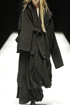 The excessive layering masks and transforms the body. I am interested in releasing the body through garments which hang off and wrap around the body. / Yohji Yamamoto, Fall 2006, via aliciahannahnaomi.tumblr.com