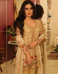 Natasha Khalid in Mina Hasan Couture Pakistan Trajes Pakistani, Pakistani Formal Dresses, Pakistani Party Wear, Pakistani Dress Design, Pakistani Outfits, Indian Dresses, Indian Outfits, Pakistani Clothing, Pakistani Salwar Kameez