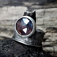 szafir w srebrze / Zofia Gładysz / Biżuteria / Pierścionki pierścionek z szafirem, srebro, szafir, fasetowany, pierścionek srebrny, pierścionek srebrny z szafirem