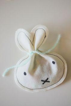 Plantilla para hacer una bolsa de conejito >> Everything #Easter treat bags > Emily