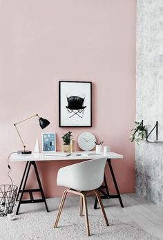 escritorio con pared rosa