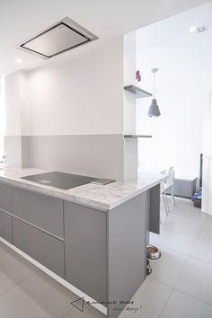 La cocina de Fernando y Laura - zona de cocción #cocina #kitchen #diseño #design #blanco #white #gris #grey #iluminacion #lighting #comedor #dinning