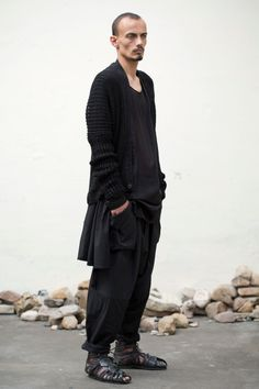 cardigan chỉ có 1 nút, nằm góc dưới cùng của vạt áo jan jan van essche 0002 Preview | Jan Jan Van Essche Collection #4