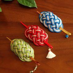 江戸打紐の小粋マジェステ 和 髪飾り 飾り結び Kanzashi, Paracord Bracelets, Japan Art, Diy Home Crafts, Diy Accessories, Celtic Knot, Suncatchers, Knots, Knitting Patterns