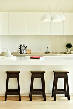 ChicDecó: white kitchen, black stools