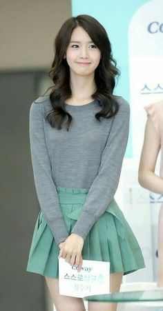 Yoona She's so cute, and I LOVE her skirt. This skirt is so cute! And it fits on Yoona perfectly! Kpop Fashion, Asian Fashion, Daily Fashion, Fashion Photo, Girl Fashion, Fashion Outfits, Seohyun, Girls Generation, Hair Makeup