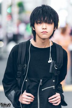 Harajuku guy sporting an all black fashion look with sweatshirt, zipper overalls, high top sneakers and a patchwork backpack. Running Sneakers, Running Shoes For Men, High Top Sneakers, Mens Running, All Black Fashion, Fashion Looks, Harajuku Fashion, Harajuku Style, Ankle Shoes