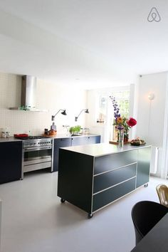 Open kitchen with dishwasher and big stove Moving Kitchen Island, Moveable Kitchen Island, Kitchen Island Decor, Kitchen Island With Seating, Kitchen On A Budget, New Kitchen, Kitchen Dining, Modern Family House, Scandinavian Kitchen