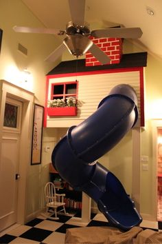 Một ngôi nhà nhỏ được thiết kế riêng cho bé cùng đường trốn thoát nhanh chóng là chiếc cầu trượt sẽ giúp trẻ vui chơi, vận động ngay trong nhà.