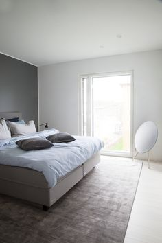 Minimalistisessa, avarassa makuuhuoneessa ei tarvita turhia koriste-esineitä Bed, Furniture, Home Decor, Decoration Home, Stream Bed, Room Decor, Home Furnishings, Beds, Home Interior Design