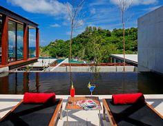 Situé dans une vallée à l'extrémité ouest de Phuket, cet hôtel imaginé par l'architecte Duangrit Bunnag est un véritable refuge pour personnes en manque d'intimité et de luxe. Composé de plusieurs villas nichées à flanc de colline et à distance respectable les unes des autres, vous pourrez choisir entre le clapotis des vagues de la plage privée ou le calme de la dense forêt.