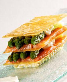 Mille-feuille d'asperges vertes, fine escalope de saumon, crème légère aux échalotes confites Frères Pourcel