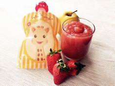 Compote pomme-fraise - dès 6 mois. Difficile de résister aux premières fraises sur les étals des marches ! Sa belle couleur de son parfum envoûtant donnent tout simplement envie de la faire découvrir à bébé ! Alors c'est parti pour une compote pomme fraise pour bébé, une recette gourmande, colorées et vitaminée ....