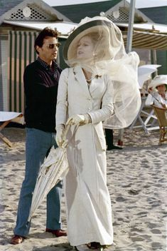 """Piero Tosi ajusta el traje para Sylvana Mangano, cerca de la playa en el Lido durante el rodaje de """"Muerte en Venecia""""(1971)"""