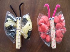 PARTY FAVORS OR TREADS IN PLASTIC BAGS, PINCHED WITH A DECORATED CLOTHES PIN...