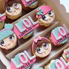 Cupcakes listos en su caja para partir a un hermoso festejo!!🎉una gran sorpresa para la fanática de las muñecas LOL Gracias @eventos.dolcepiccolo por volver a elegirnos ❤️.Personalizamos los cupcakes con sus muñecas preferidas para que disfrute con sus amigas 👭👭.#cupcake #cupcakes #cupcakepersonalizado #cupcakestagram #lol #loldolls #dolllol #loldolls #cupcakelol #instacupcakes #lolsurprise #lolsurprisedolls #lolsurpriseparty Surprise Cake, Ballerina Cakes, Doll Party, Bakery Cakes, Fondant Cakes, Cupcake Cookies, Biscotti, Cookie Decorating, Eat Cake