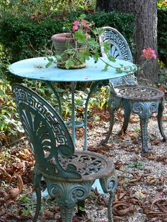 French iron table and chairs Flea Market Style, Victorian Cottage, Good Environment, Iron Table, Vintage Love, Outdoor Furniture, Outdoor Decor, Table And Chairs, Outdoor Gardens
