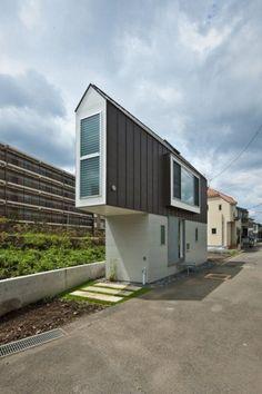 Questa casetta a base triangolare è stata costruita su un lembo di terra ricavato tra una strada e un canale nella parte ovest di Tokyo, in Giappone.