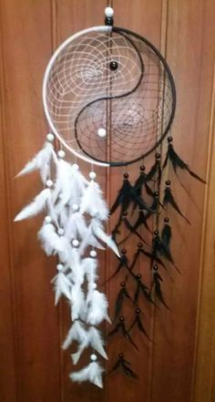 first i have seen the a ying yang combined with a dream catcher.it is eye catching Fun Crafts, Diy And Crafts, Arts And Crafts, Diy Projects To Try, Craft Projects, Dreams Catcher, Los Dreamcatchers, Beautiful Dream Catchers, Creation Deco