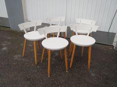 Aivan huiput 50-luvun tuolit matalalla selkänojalla. Tuolit on maalattu jälkeenpäin valkoiseksi, maalipinnassa näkyy käytön jälkeä.  Yhden tuolin selkänoja heiluu hiukan ja yhden tuolin kahdessa jalassa on hivenen väljää, muuten tukevia ja käyttökuntoisia.  Istumakorkeus 45 cm, istuimen halkaisija 37 cm, kokonaiskorkeus 63 cm.  MYYTY.