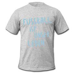 ... denn König Fußball regiert die Welt! Wir können nicht ohne Fußball – und Fußball kann nicht ohne uns! • Klassisch geschnittenes T-Shirt für Männer