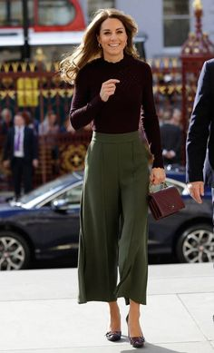 Style Fashion Tips Kate Middleton fall fashion fall style fall trends burgundy Chanel purse olive green culottes.Style Fashion Tips Kate Middleton fall fashion fall style fall trends burgundy Chanel purse olive green culottes Moda Kate Middleton, Looks Kate Middleton, Estilo Kate Middleton, Kate Middleton Hair, Kate Middleton Outfits, Middleton Wedding, Kate Middleton Fashion, Princess Kate Middleton, Princess Diana