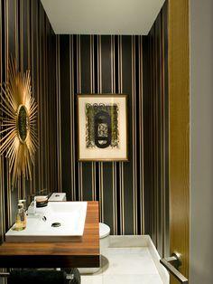 Pequeños y prácticos, los cuartos de baño para invitados se prestan a coquetas soluciones para pequeños espacios. Mira esta selección de aseos de cortesía con el toque único que le dan los mejores...